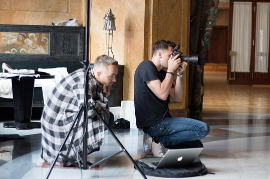 Za objektivem stál Benedikt Renč a na vše dohlížel stylista Honza Pokorný.
