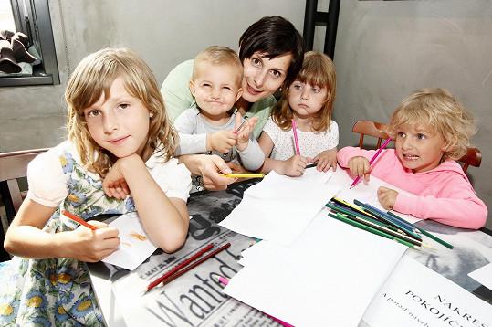 Zdeňka Žádníková-Volencová s dětmi a jejich kamarádkou