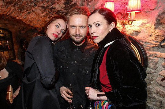 Herečka nevyužívá služeb stylisty. Tento luxus si prý dopřeje pouze na filmovém festivalu v Karlových Varech. Na snímku s přáteli z české mutace Elle.