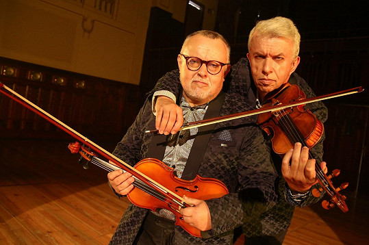 V klipu si zahrál také houslový virtuos Jaroslav Svěcený.