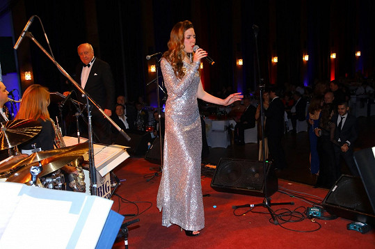 Martina při vystoupení. Zpívá jako vokalistka u Felixe Slováčka.