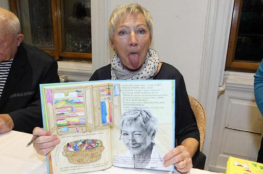 Dana Syslová se objevila na fotkách v knížce Pavly Petrákové Slancové Výletový den, která je příběhem dětí a jejich prarodičů.