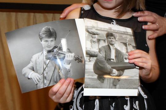 Houslista zveřejnil i své archivní fotografie.