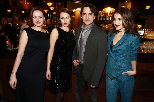 Saša přece jen musel zapózovat s hereckými kolegyněmi.