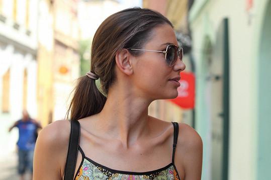 Lucie Smatanová už měla z vedra značně poničené vlasy.