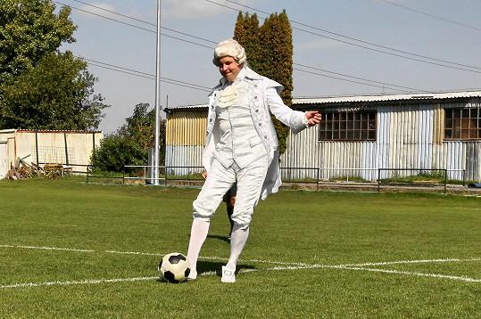 Michal provedl slavnostní výkop během fotbalového utkání v kostýmu krále z Antoinetty.