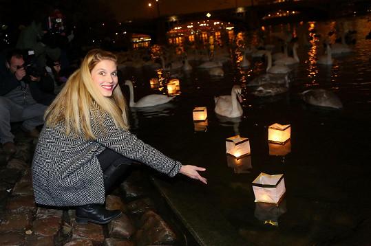 Na Vltavu vypustila také svůj lampion přání.