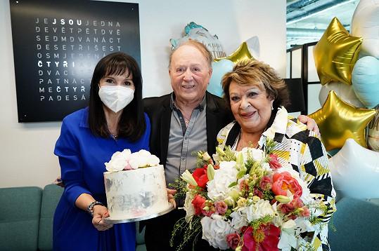 Ten jí také spolu s exmanželkou, reportérkou Martinou Jandovou, předal i dort.