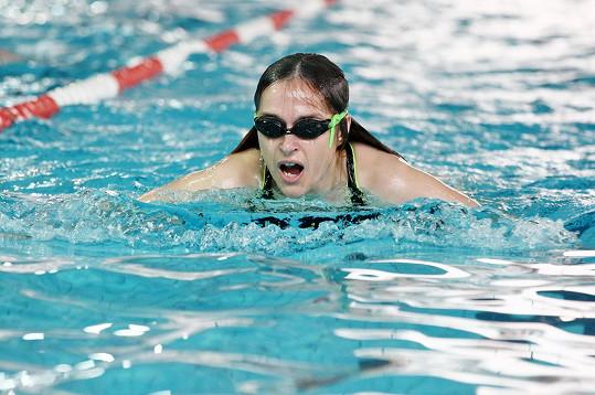 Plavání s černými plaveckými brýlemi jí šlo skvěle.
