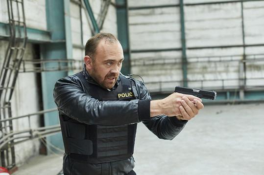 Během příprav na roli se musel naučit zacházet se zbraní nebo správně zatýkat pachatele.