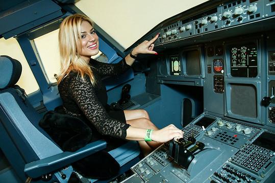 Perkausová si vyzkoušela i let v leteckém trenažéru.