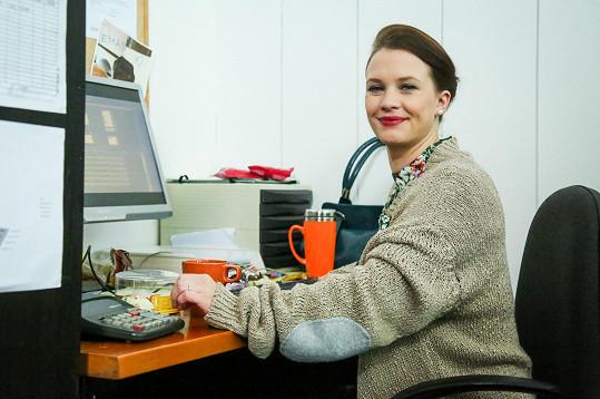 Kristýna Leichtová si v seriálu Temný kraj zahrála úřednici.