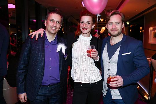 Se skleničkou v ruce a po boku režiséra Víta Karase a barmanského guru Romana Uhlíře se herečka skvěle bavila.