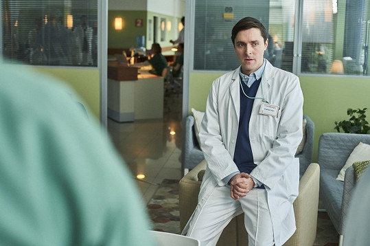 Hraje pedantickéhoo lékaře.