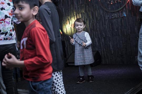 Rosalka tancovala s ostatními dětmi, ale i bez nich.