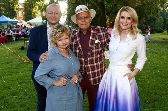 Pózovali s pořadatelem soutěže Davidem Novotným a moderátorkou Lenkou Špillarovou.