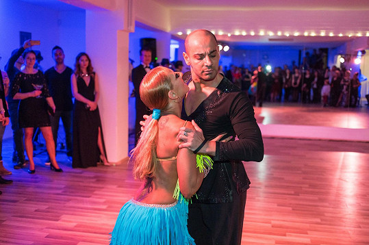 Na otvíračce nového tanečního studia tančila Eva v šatech s odhalenými zády.