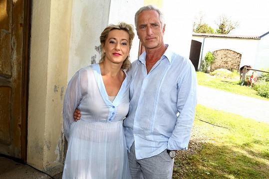 Hybnerová s Tomášem Hanákem na natáčení