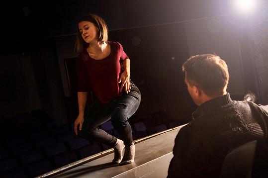 Vrámci příprav na jednoho své představení chodila herečka na hodiny tance u tyče.