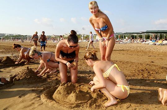 Začínající modelky soutěžily ve stavění hradů z písku.