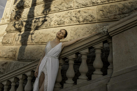 V krásných šatech fotila i u Národního muzea.