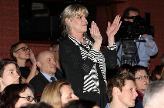 Chantal Poullain synovi tleskala vestoje.