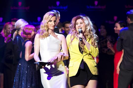 Elis na závěr roztancovala i moderátorku večera Adelu Banášovou.