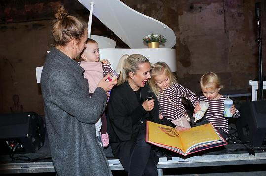 Děti a tatínek pokřtili Tamaře Klusové knížku.