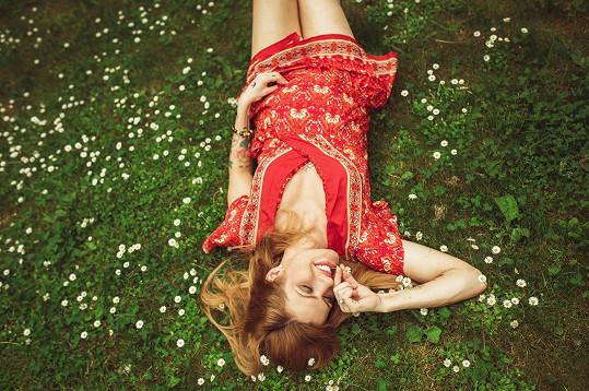 Trápí ji bolesti zad a únava, přesto z ní jako vždy srší optimismus a energie.