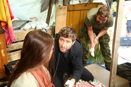 V 1. MISI si stejně jako v Sestřičkách zahraje lékaře, tentokrát vojenského.