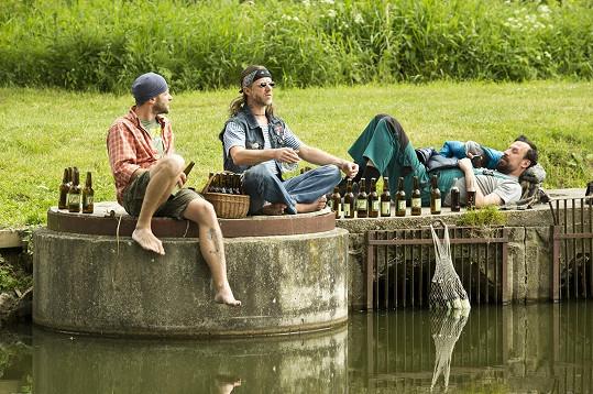 Langmajerovi a Šimčík si udělali pivní piknik.