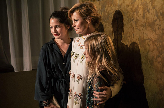 Jitku doprovázela dcera. Pózuje s nimi ještě kamarádka Maja Hamplová.