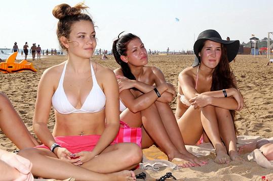 Porady probíhají na pláži u moře.