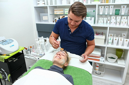 Kdo by se ale před kosmetikou a návštěvou kadeřníka snažil, že?