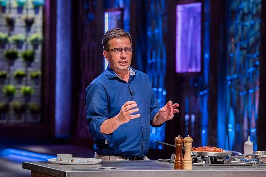 Karel přišel do soutěže ukázat svůj kuchařský um.