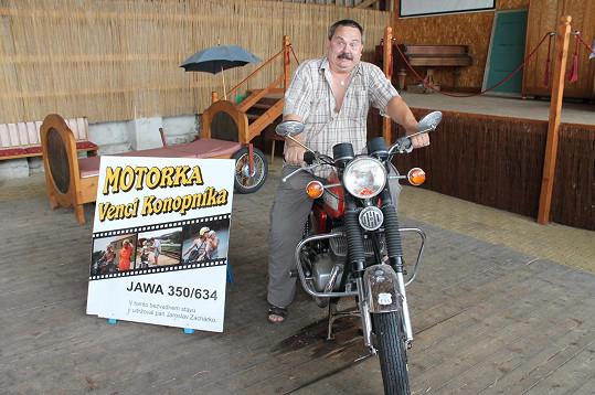 Broněk po čase usedl na svou legendární motorku.