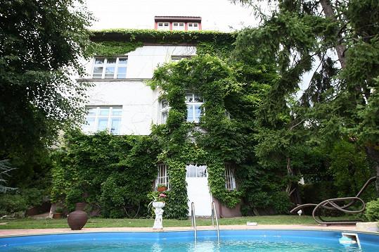 Dům s bazénem je hercova oáza klidu.