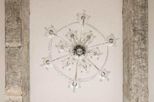 Doplňuje je křišťálový lustr, pro který si Martina jela do Jablonce.