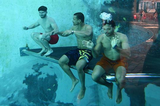 I pod vodou
