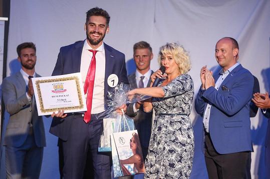 Josef přebral ceny od šéfa soutěže Davida Novotného.