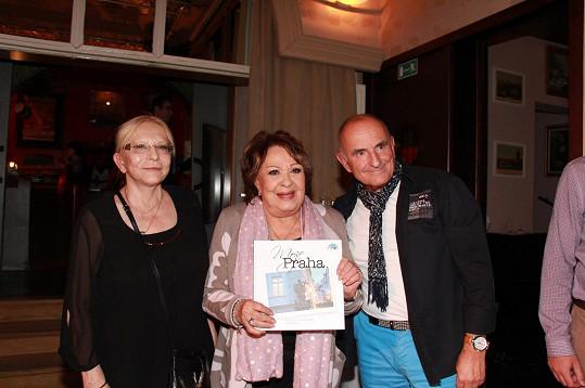 Jiřina byla kmotrou knihy Miloše Schmiedbergera a Pavla Vrby. Na snímku s manželkou Pavla Vrby Marií.