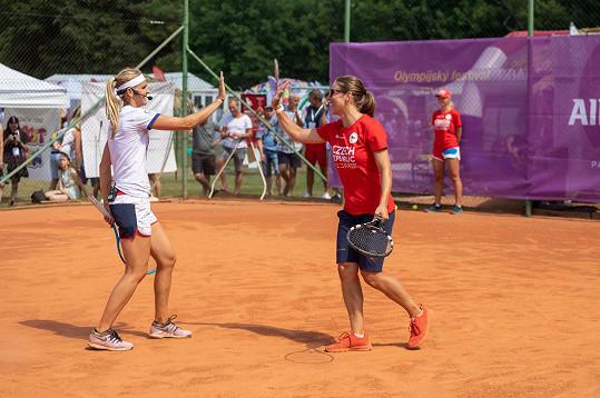 Proti Plekancovi a Šafářové nastoupila další známá dvojice, tenistka Dája Bedáňová a snowboardistka Eva Samková.