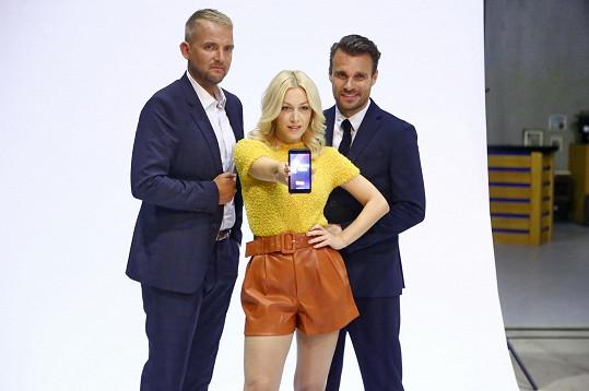 Libor a Leoš teď budou ve společnosti krásné blondýnky trávit hodně času.