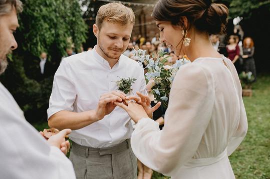 Thom Artway se oženil.