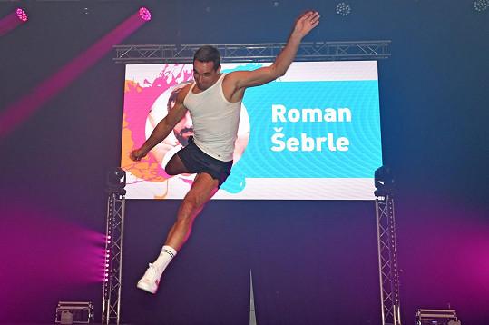 Roman při tanečním souboji využil své sportovní nadání.
