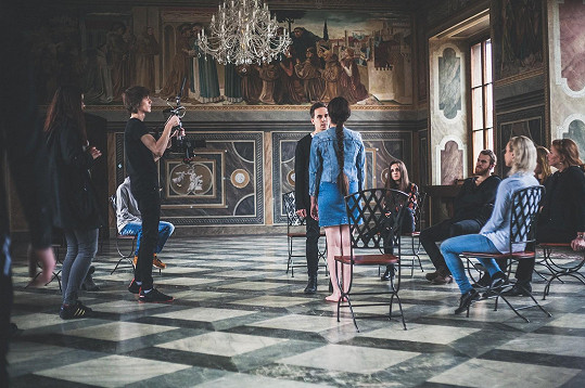 Děj se z velké části odehrává na skupinové terapii. Točilo se v Martinickém paláci v Praze.