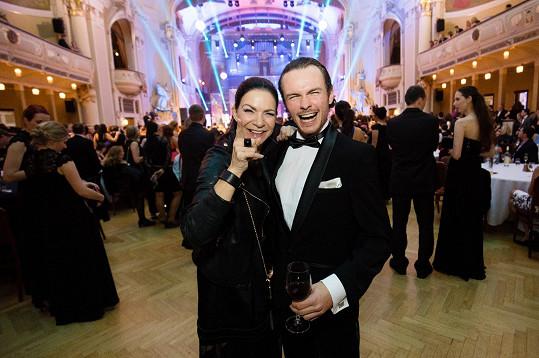 Anna K a Marek Hrstka už nesoutěží, ale tančí dál. Zpěvačka přispěla i finančně, spolu s Emanuelem Ridim si za deset tisíc korun koupili kšiltovku Radka Bangy.