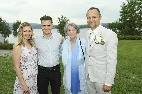 Petr s maminkou, synem a jeho přítelkyní.