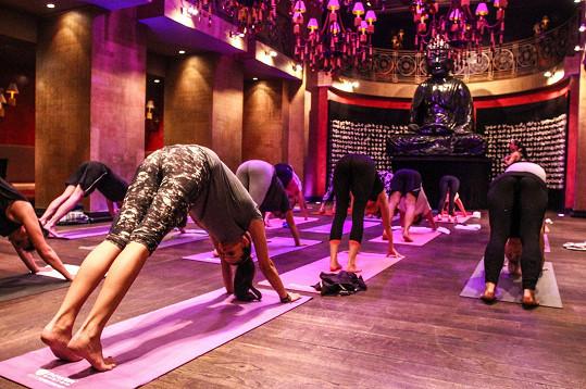Cvičení probíhalo v prostředí restaurace Buddha-Bar, kde se obvykle konzumují dobroty.