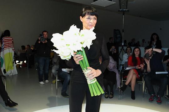 Liběna Rochová s kyticí po přehlídce